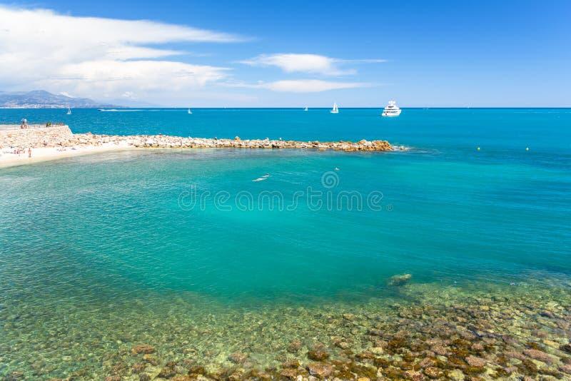 在美丽的蓝色海的看法从安地比斯,法国海滨,棚d ` azur,法国 库存图片