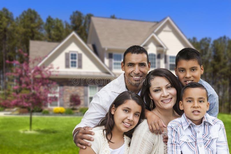 在美丽的议院前面的西班牙家庭 免版税图库摄影