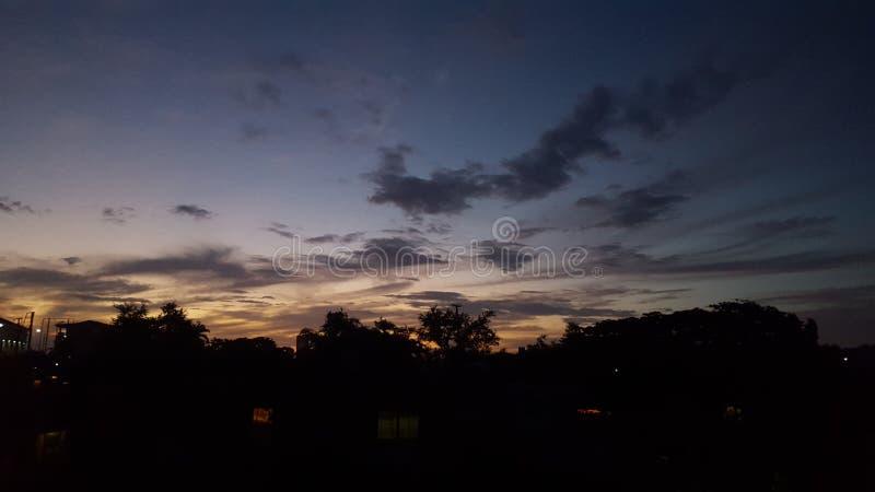 在美丽的鸟云彩之上颜色及早飞行金子早晨本质宜人的平静的反映上升海运一些星期日 免版税图库摄影