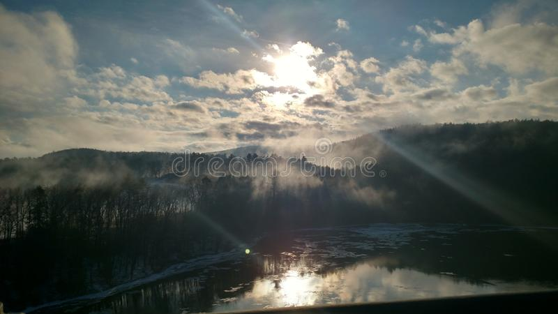 在美丽的鸟云彩之上颜色及早飞行金子早晨本质宜人的平静的反映上升海运一些星期日 免版税库存图片