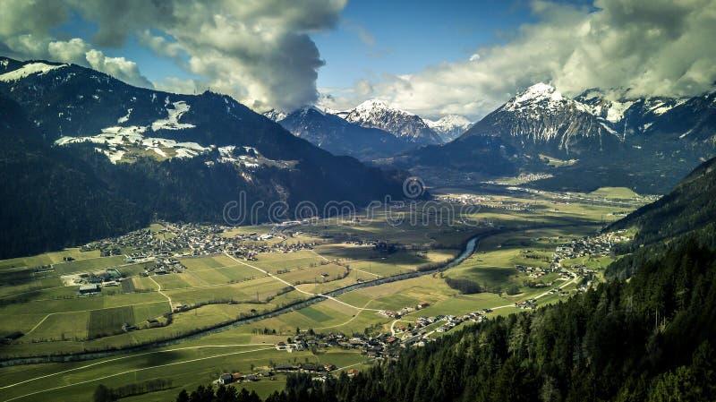 在美丽,山的鸟瞰图环境美化和城市因斯布鲁克 库存照片