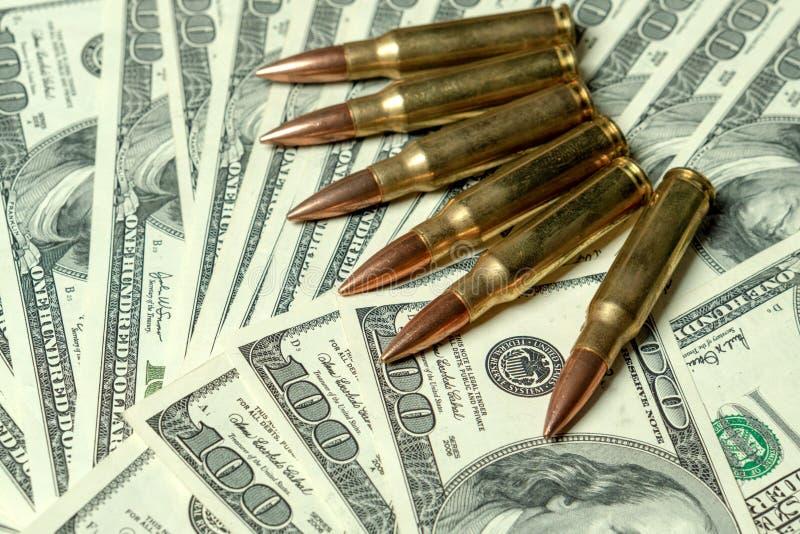 在美元的步枪弹药筒 罪行的,杀手,受雇用的刺客,恐怖主义,战争,全球性贸易战概念 图库摄影