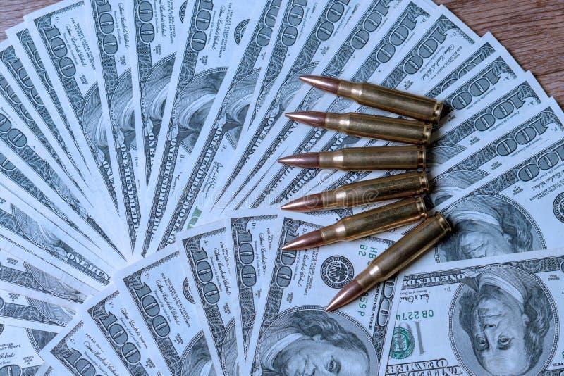 在美元的步枪弹药筒 罪行的,杀手,受雇用的刺客,恐怖主义,战争,全球性贸易战概念 库存图片