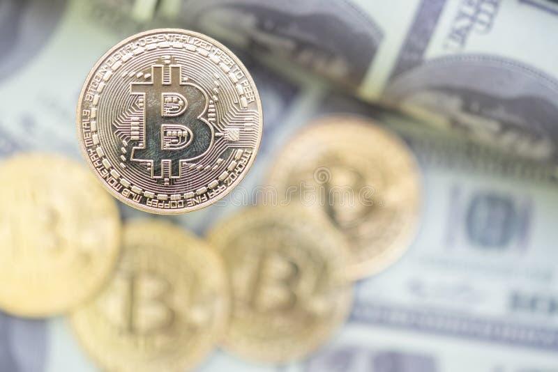 在美元钞票背景的金黄Bitcoin 免版税库存图片