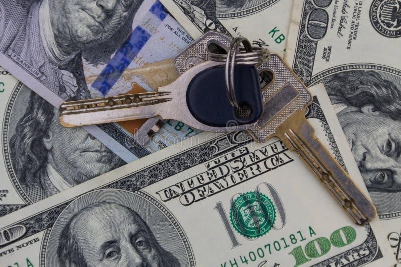 在美国一百元钞票的背景的钥匙 库存图片