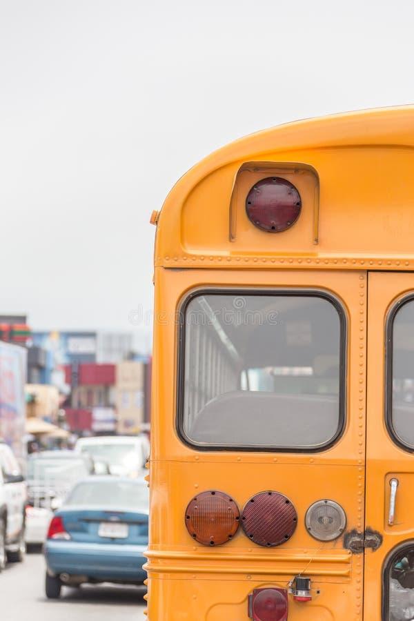 在美国乡下公路的学校班车在早晨 免版税库存图片