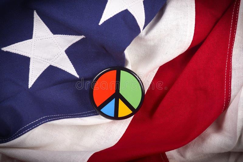 在美国国旗的和平标志别针 库存照片