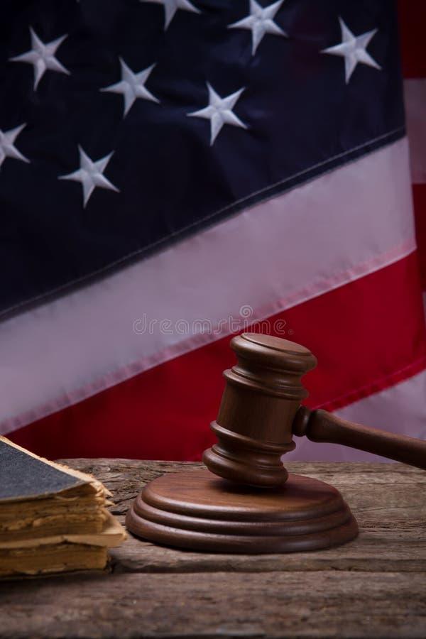 在美国国旗背景的惊堂木 免版税库存照片