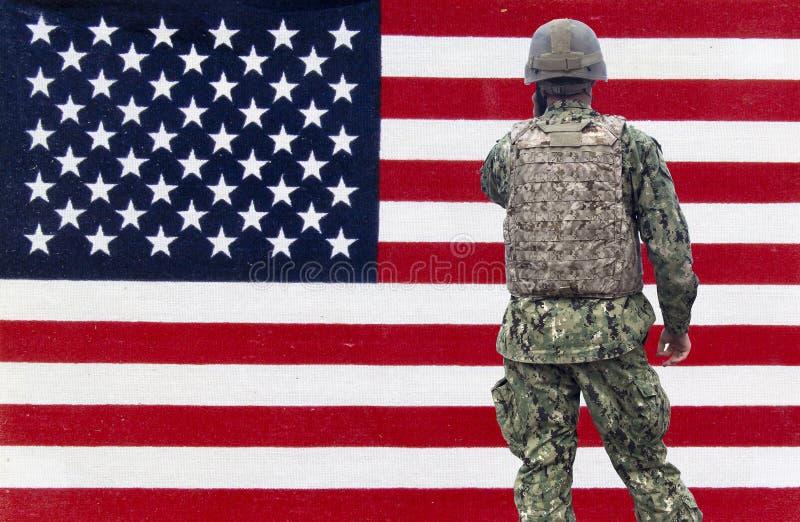 在美国国旗背景的美国军事 图库摄影