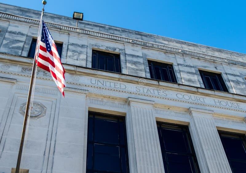 在美国法院大楼的美国国旗在流动阿拉巴马 库存图片