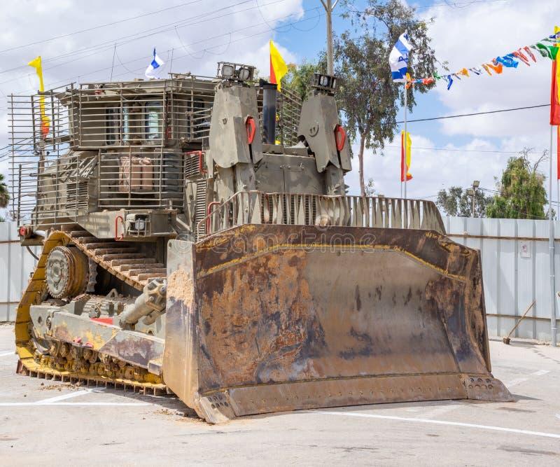 在美国独立日军事展示提出的装甲的军用推土机  免版税库存照片