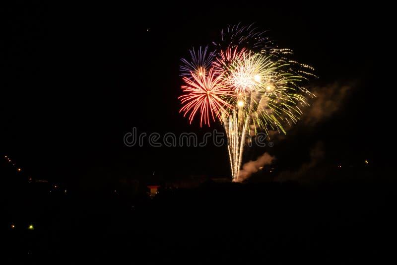 在美国独立纪念日的多色烟花 免版税库存照片
