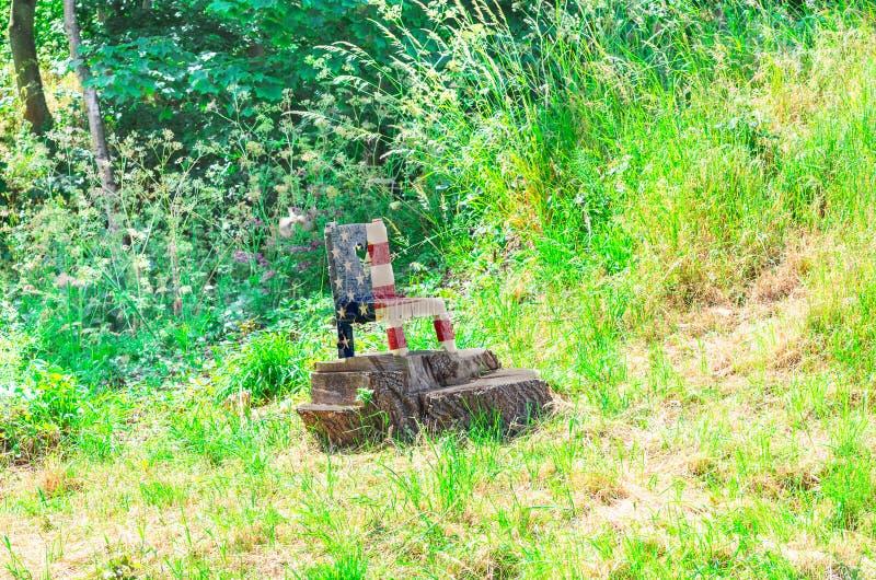 在美国的全国颜色的小木椅子 库存图片