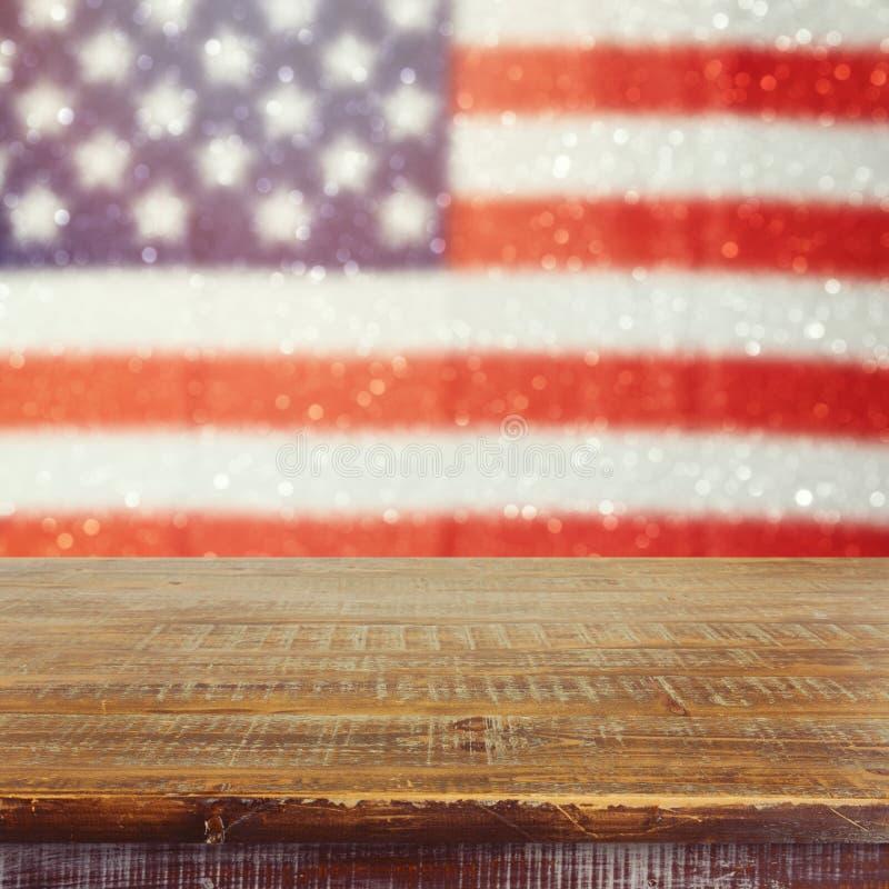 在美国的空的木土气桌下垂bokeh背景 美国国庆节背景 第4 7月庆祝 免版税库存照片