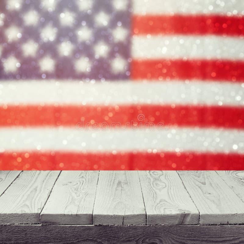 在美国的空的木白色桌下垂bokeh背景 美国国庆节背景 第4 7月庆祝 免版税图库摄影