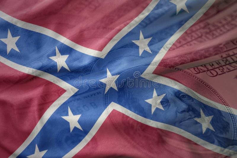 在美国美元金钱背景的五颜六色的挥动的盟旗 库存照片