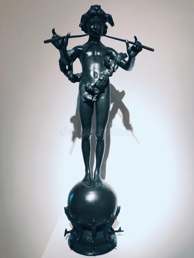在美国艺术里面新不列颠博物馆的一个铜孩子雕象  免版税库存照片