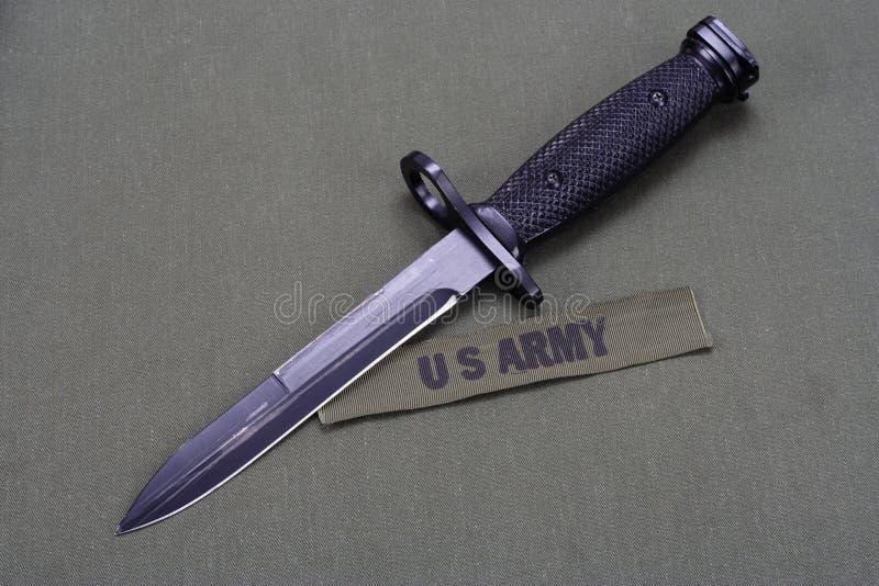 在美国陆军制服的刺刀 库存图片