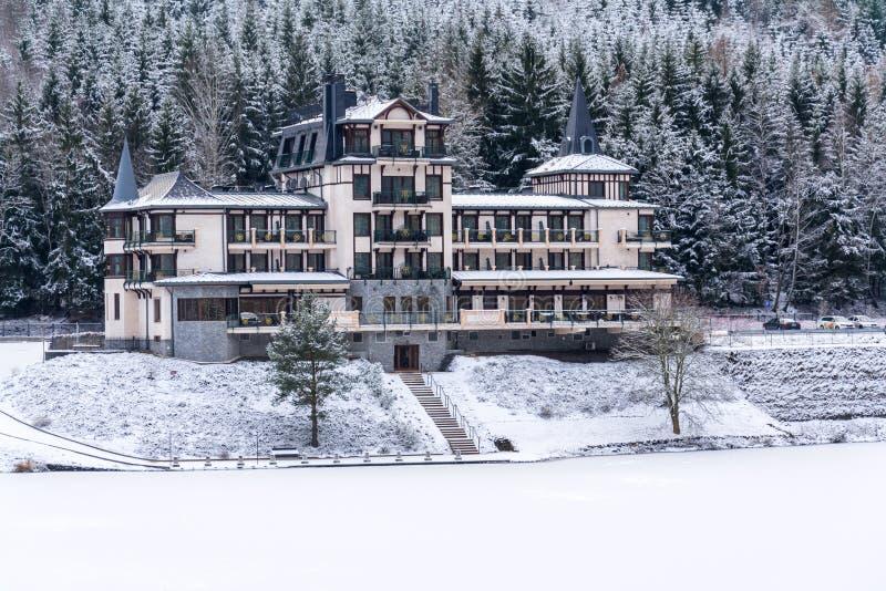 在美好的多雪的冬天森林风景的孤零零大厦,冻Brezova水坝 库存照片
