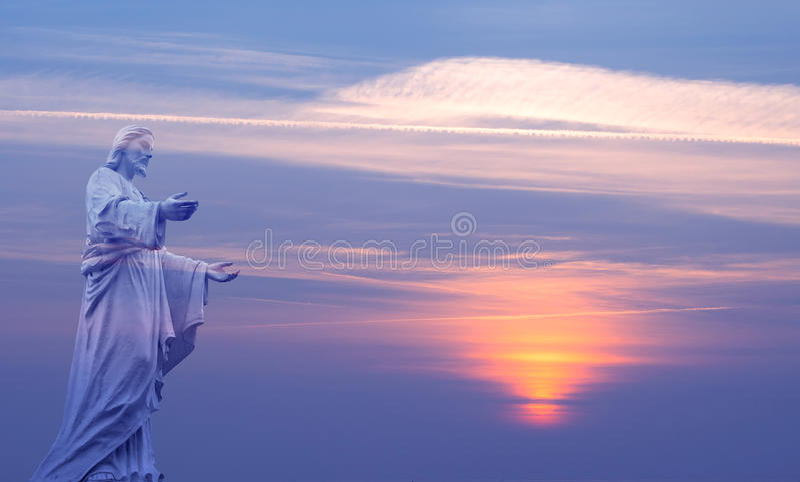 在美好的天空背景的耶稣基督 库存照片