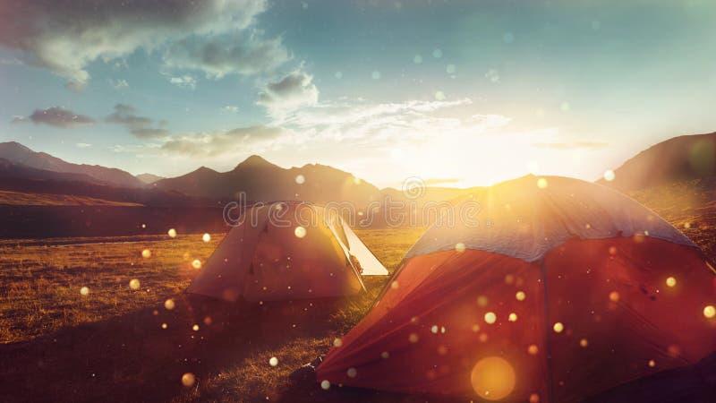 在美好的日出期间的帐篷在日落的厄尔布鲁士山附近 库存图片