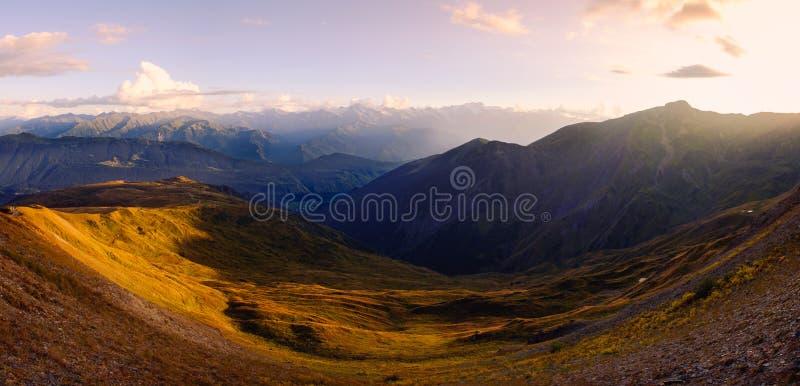 在美好的日落, Svaneti,乔治亚的山脉风景全景 免版税库存照片