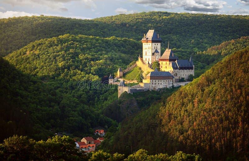 在美好的晚上光的哥特式皇家城堡Karlstejn,捷克 库存照片