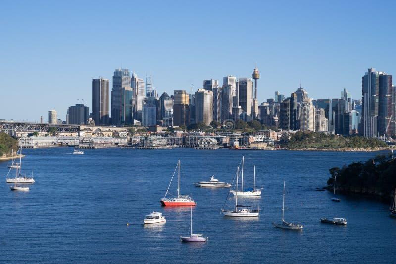 在美好的晴天期间,小船在悉尼港口巡航在周末, 享受在小船的澳大利亚爱晴天 库存照片