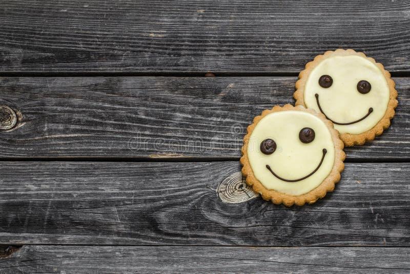 在美好的木背景的曲奇饼微笑 图库摄影