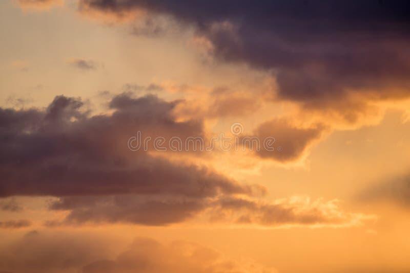 在美好的颜色的日落与云彩 免版税库存照片