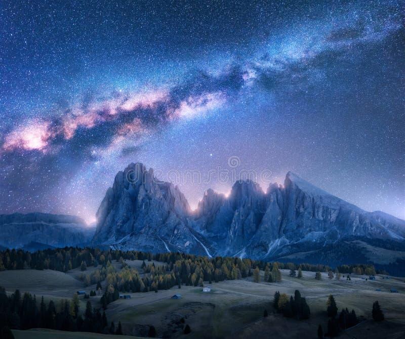 在美好的mauntains的五颜六色的银河在晚上 库存图片