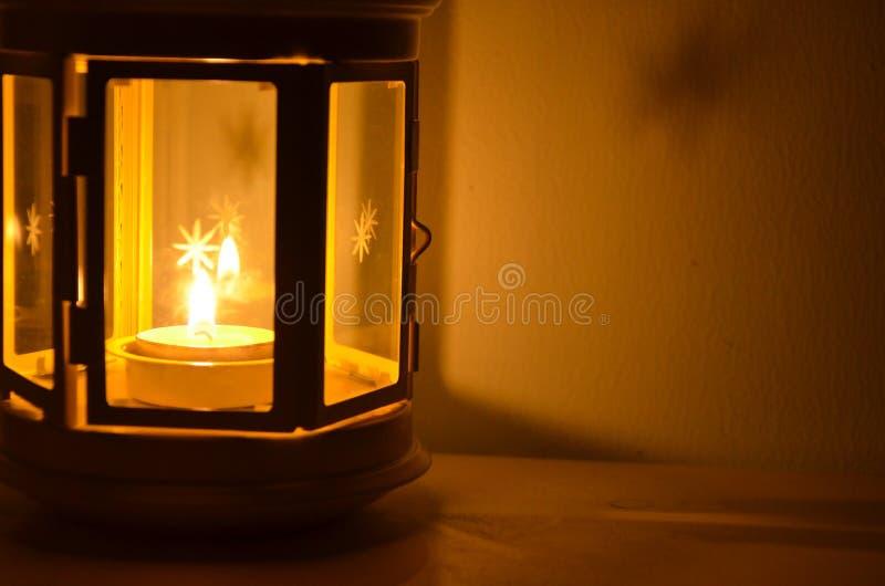 在美好的windsheild的蜡烛在桌上的光和阴影在墙壁旁边 免版税库存照片