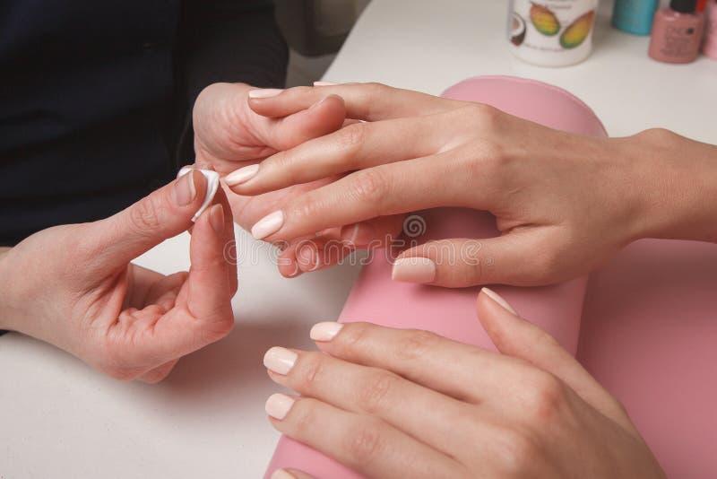 在美容院商店钉牢当前钉子服务的色板显示技术员 秀丽和时尚概念 免版税库存照片