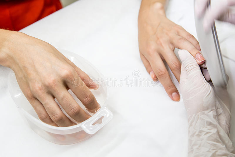 在美容院的修指甲过程 免版税库存照片