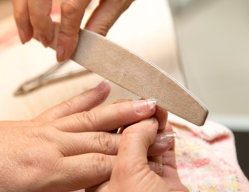 在美容院的修指甲 图库摄影