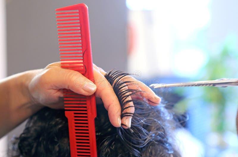 在美容院的切口头发 免版税库存照片
