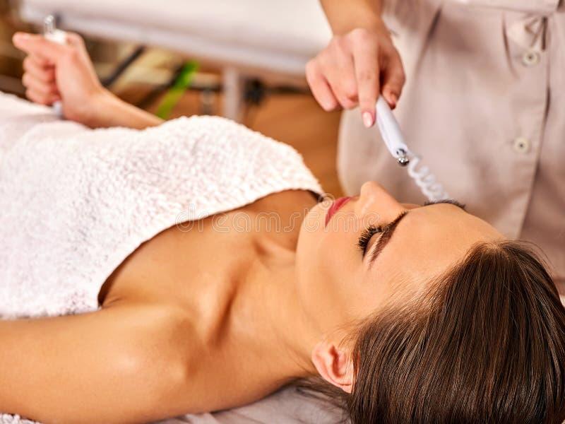 在美容院的面部按摩 电刺激妇女护肤 库存图片