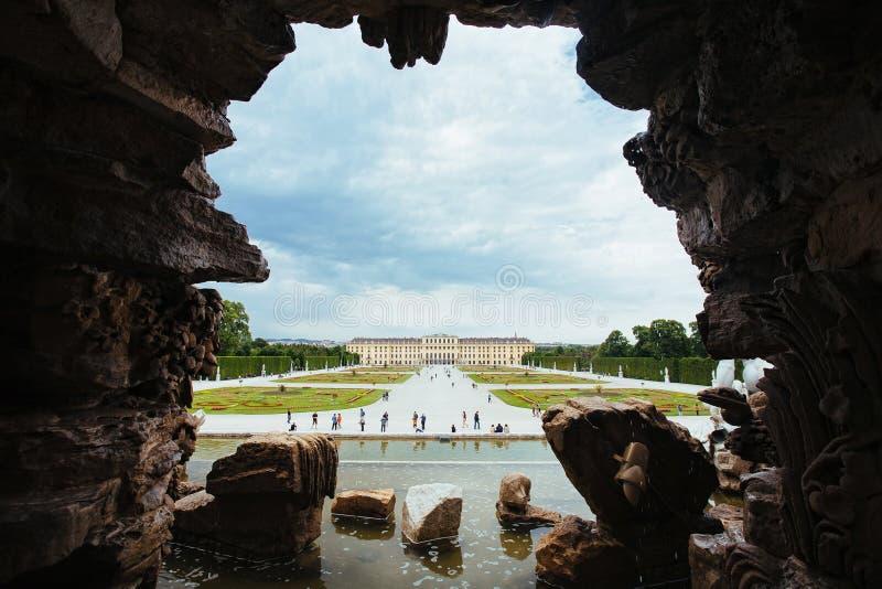 在美泉宫后海王星喷泉,维也纳 免版税库存照片