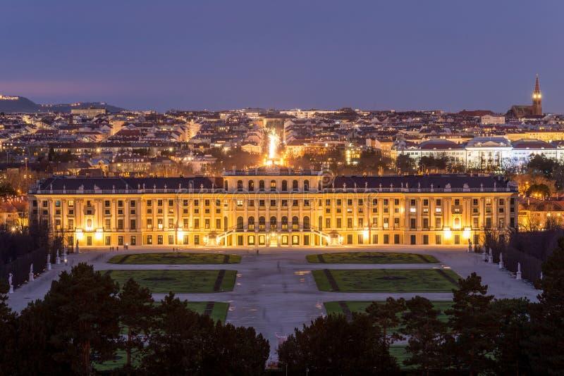 在美泉宫,维也纳,奥地利的夜视图 库存图片