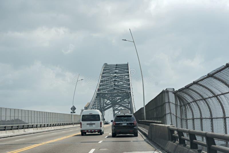 在美洲入口的桥梁的公路交通对巴拿马运河的在巴拿马市巴拿马西部  免版税库存照片