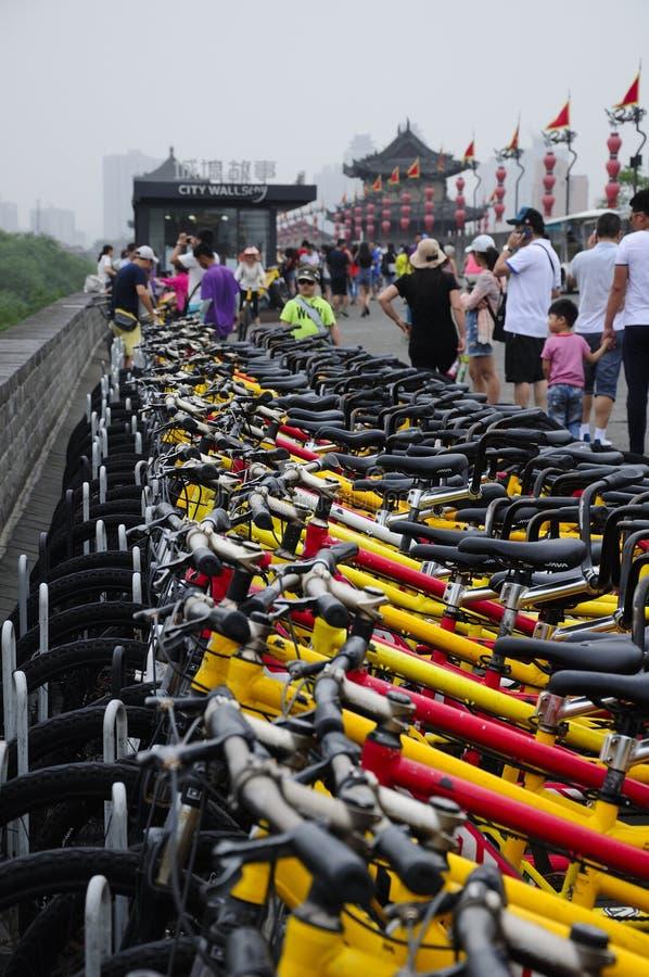 在羡市墙壁中国上的出租自行车 免版税库存照片