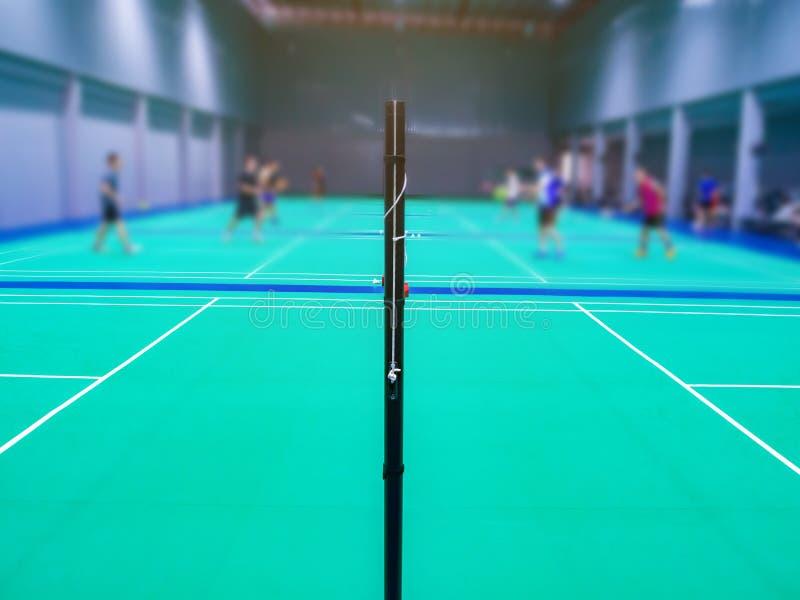 在羽毛球场的羽毛球网 免版税库存照片
