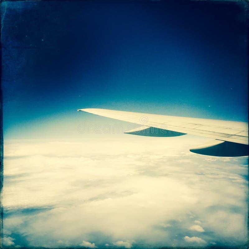 在翼的飞机云彩 库存图片