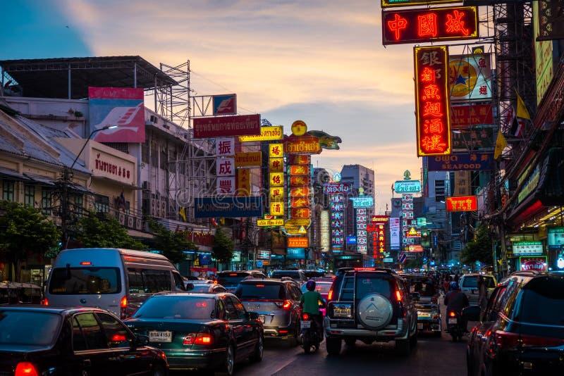 在耀华力路的夜 耀华力路是大街在曼谷的唐人街 免版税库存照片