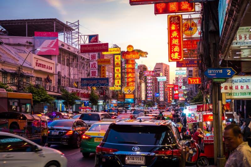 在耀华力路的夜 耀华力路是大街在曼谷的唐人街 免版税库存图片
