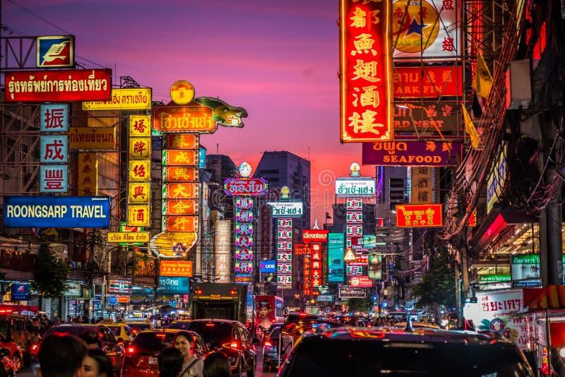 在耀华力路的夜 耀华力路是大街在曼谷的唐人街 库存图片