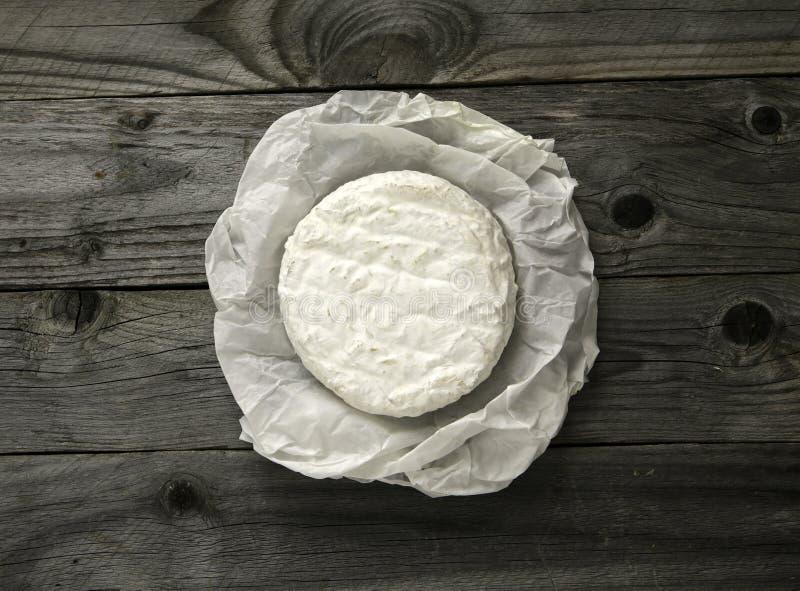 在老一张纸或咸味干乳酪包裹的成熟鲜美乳酪软制乳酪 免版税库存图片