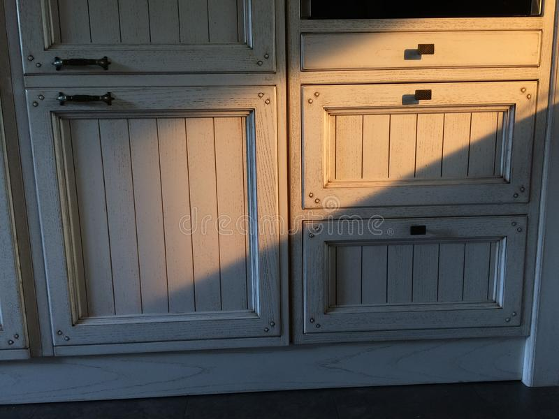 在老下厨房木家具与太阳反射 图库摄影