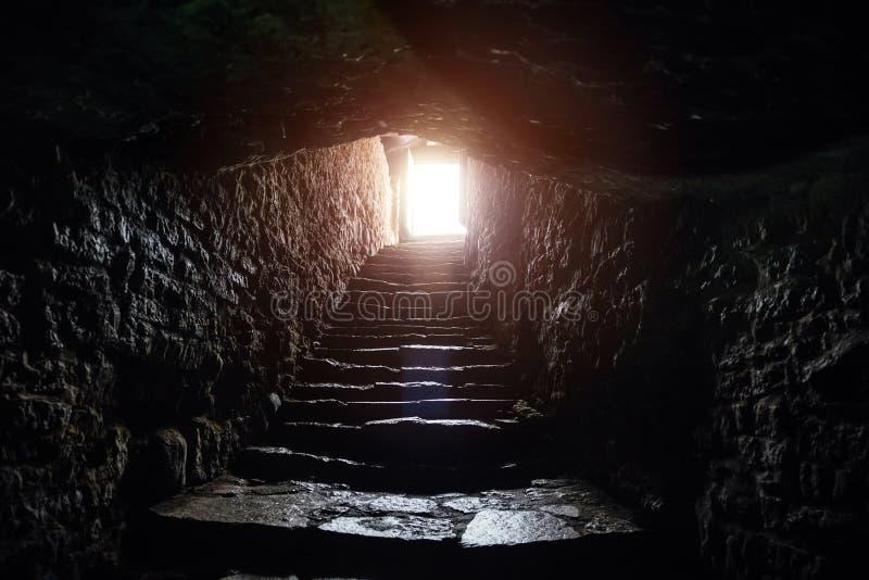在老中世纪堡垒下的地下段落 退出的老石台阶隧道 免版税库存图片