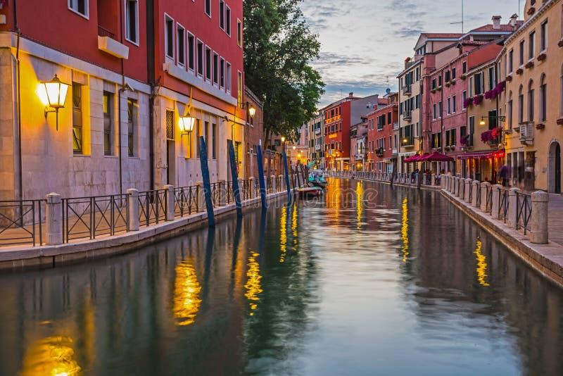 在老五颜六色的砖房子中的狭窄的运河在威尼斯 免版税库存图片